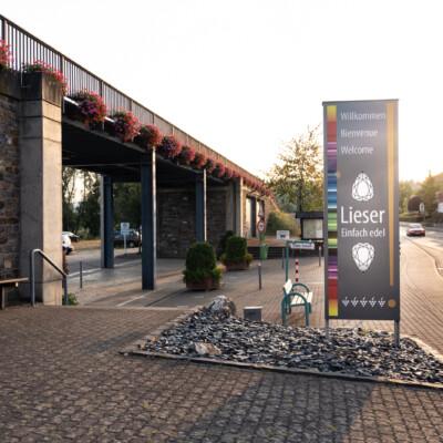 neues, von der Künstlerin Mana Binz gestaltetes Ortsschild am zentralen Dammtor