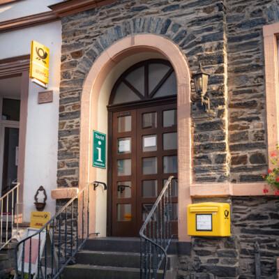 Eingangstür Touristinfo mit Briefkasten