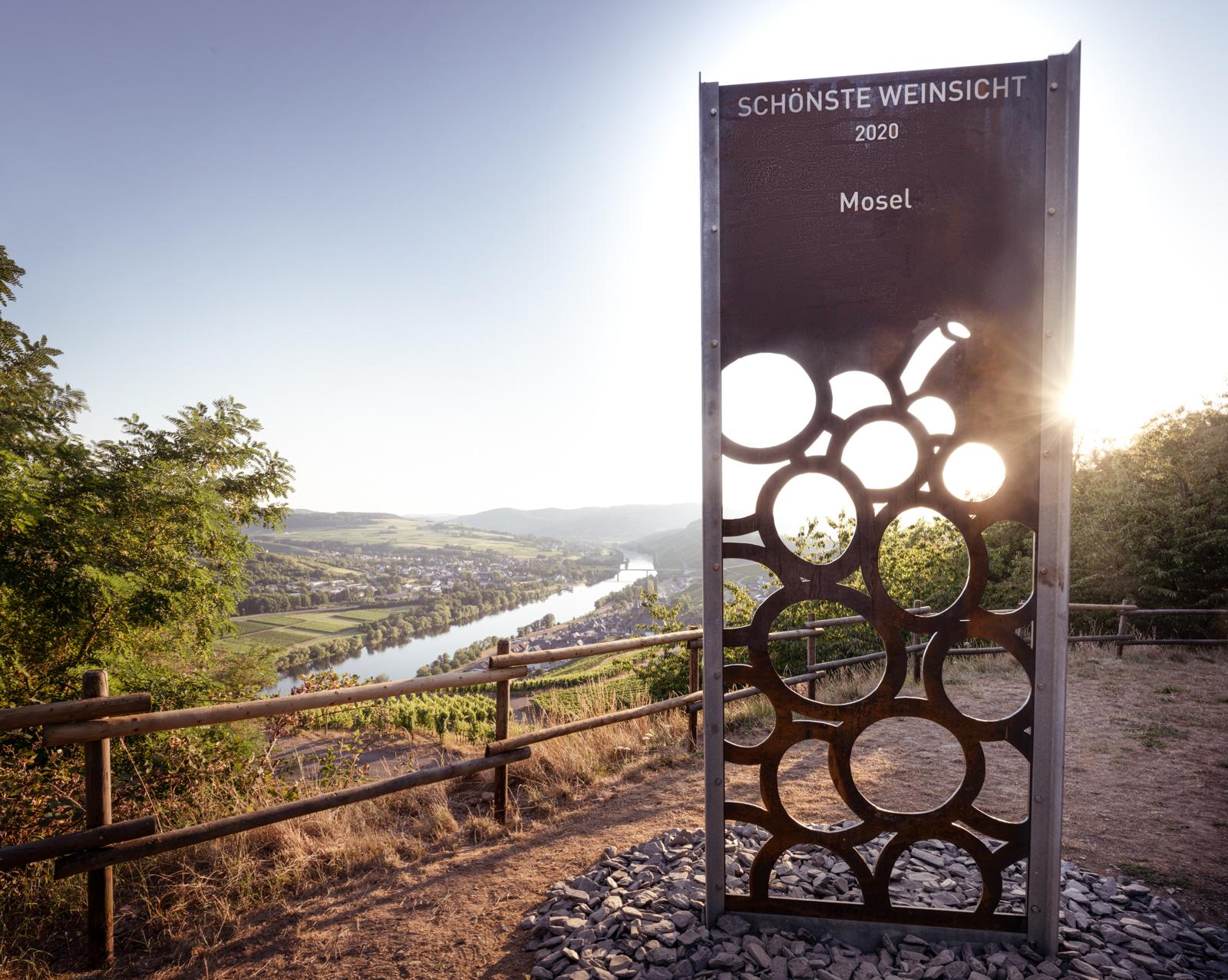 Der Weinblick vom Aussichtspunkt hoch oben in den Weinbergen der Gemeinde Lieser