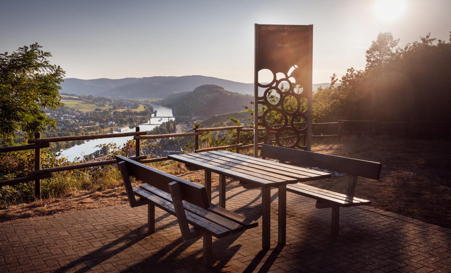 Sitzgruppe und Stele Schönste Weinsicht 2020 Mosel und Moseltal im Hintergrund