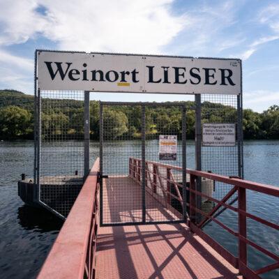 Schiffsanlegestelle an der Mosel mit Schild Weinort Lieser