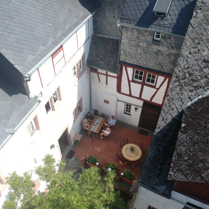 Blick von oben in den Alten Posthof Lieser mit Feriewohnungen der Familien Kalverkamp und Freis