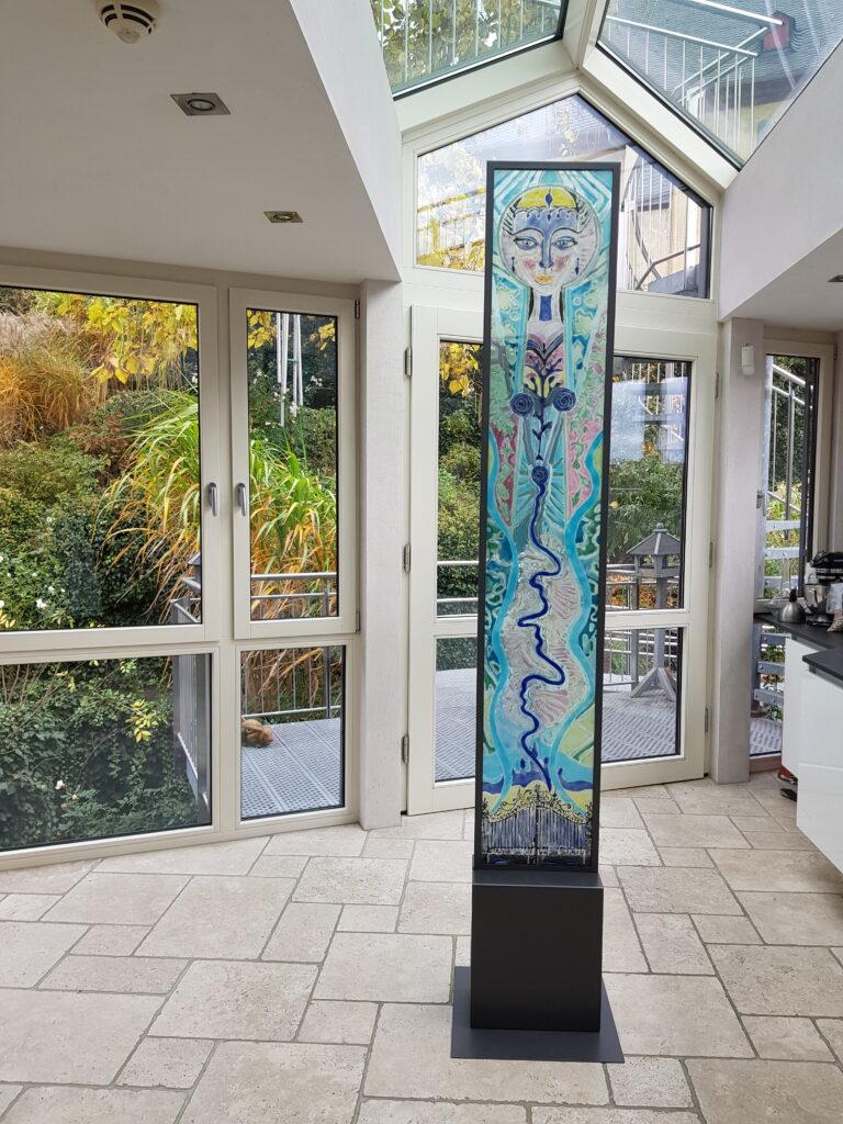 Farbenfrohe Glas Stele der Künstlerin Mana Binz