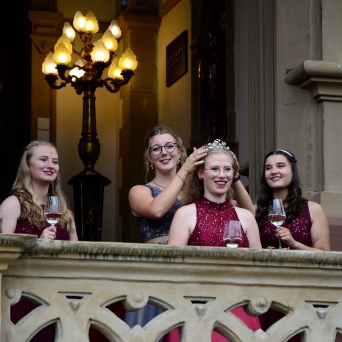 Eva-Maria Loersch gibt die Krone der Weinkönigin an Anna Dusemund weiter.